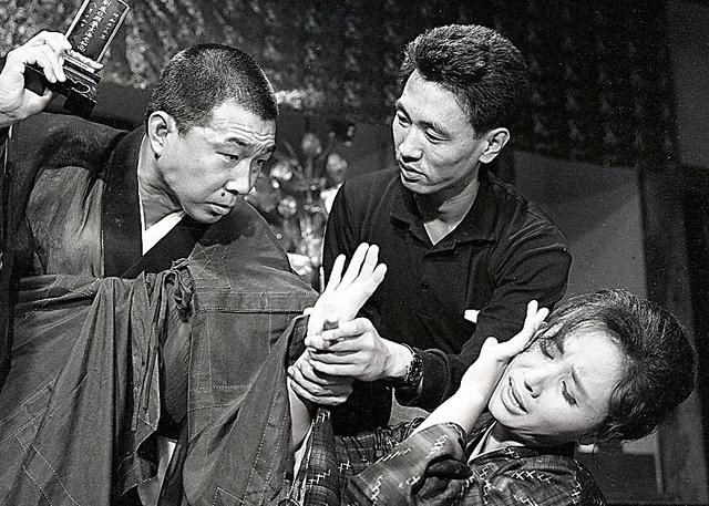 「競輪上人行状記」(1963年)で小沢昭一さん(左)と南田洋子さんを演出する=日活提供
