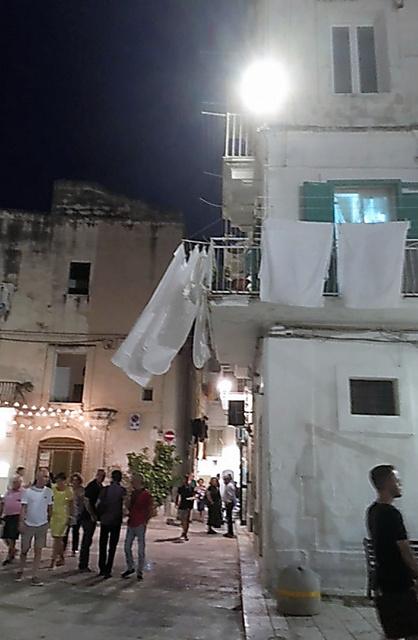 イタリア・モノポリの街は夜もにぎやか=7月、森まゆみさん撮影
