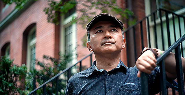 中村剛士さん。お気に入りの一つ、三菱一号館美術館の前で=東京・丸の内、郭允撮影