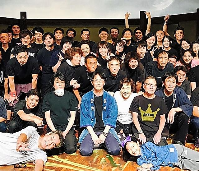 大好きなスタッフのみんなと千秋楽に撮りました。私の右上にいるのがY君です