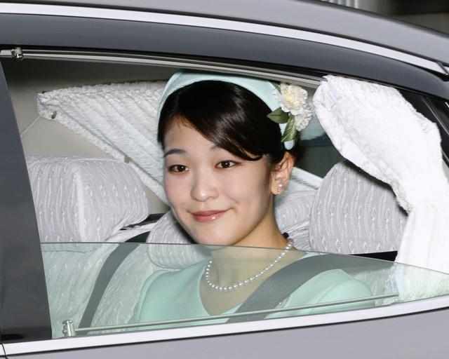 天皇、皇后両陛下へのあいさつを終え、皇居を出る眞子さま=3日午後0時3分、代表撮影