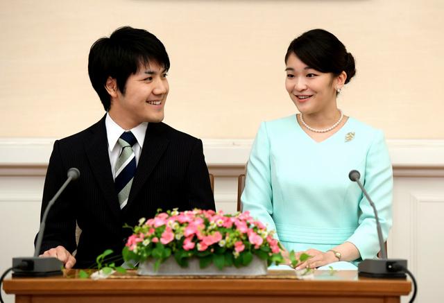 婚約が内定し、記者会見する眞子さまと小室圭さん=3日午後3時7分、東京・元赤坂、代表撮影