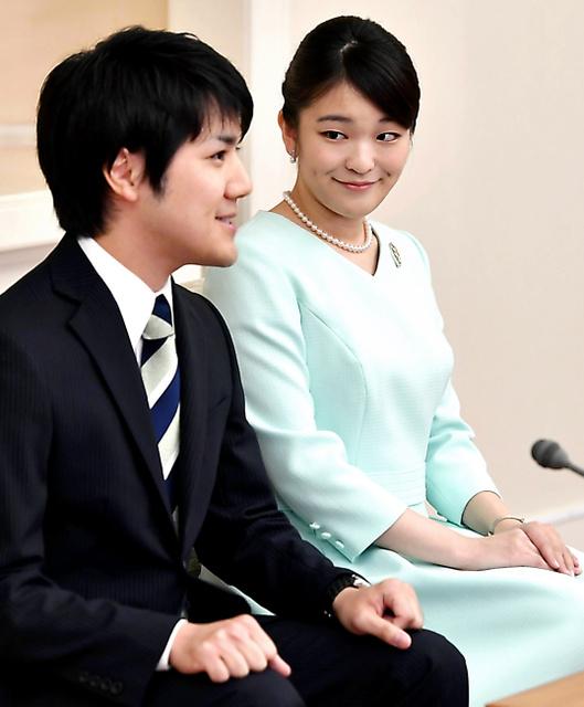 婚約が内定し、記者会見する眞子さまと小室圭さん=3日午後3時10分、東京・元赤坂、代表撮影