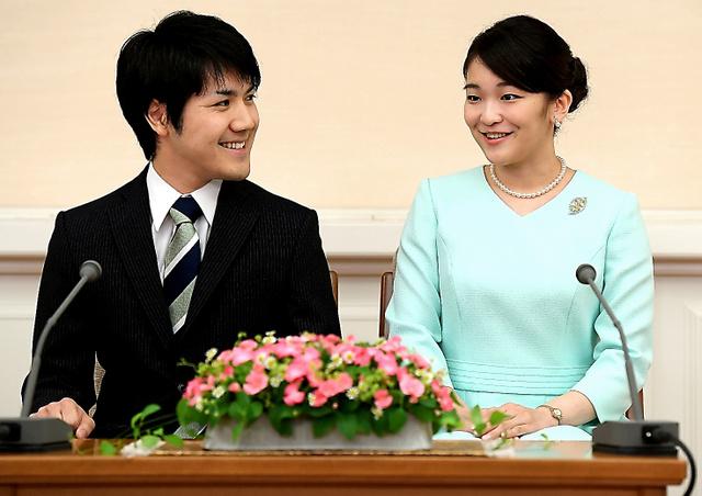 婚約が内定し、会見する眞子さまと小室圭さん=代表撮影