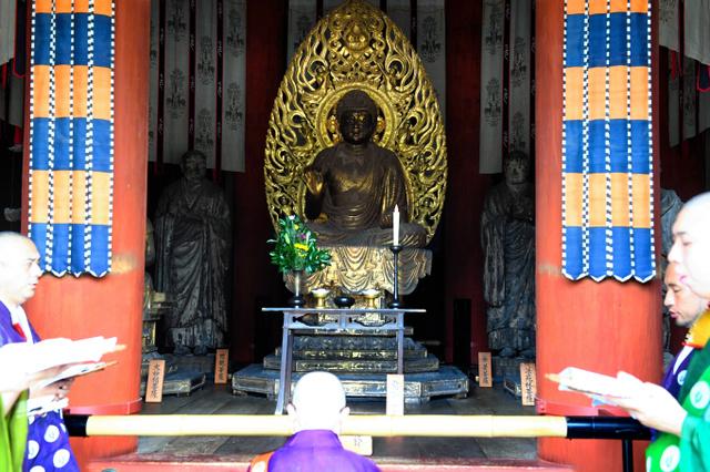 興福寺の北円堂で無著像(右)と世親像(左)の魂を抜く法要が営まれた=5日午前、奈良市、筋野健太撮影
