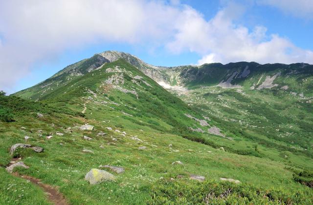 黒部五郎岳。左の登山道が主尾根ルート。山頂右の尾根に囲まれた谷が氷河に削られてできたカール
