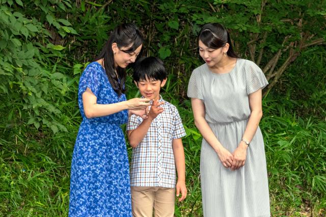 秋篠宮家の長女眞子さま、次女佳子さまと並ぶ悠仁さま(8月14日、赤坂御用地内、宮内庁提供)