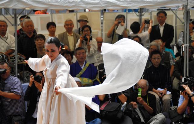 関東大震災で犠牲になった朝鮮人たちに向けて、鎮魂の舞が披露された=1日午後11時32分、東京都墨田区の横網町公園、仙波理撮影