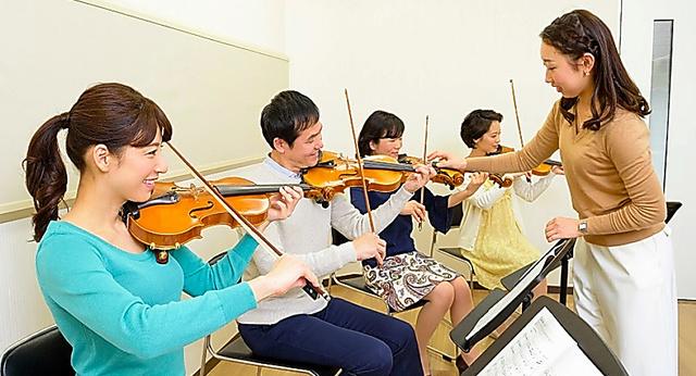 大人向けバイオリン教室=ヤマハ音楽振興会提供