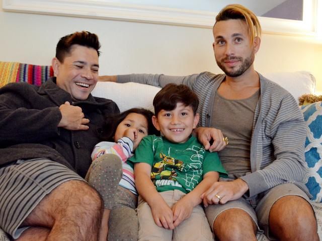 マービン・ダニエル君(右から2人目)=は靴の箱に入れられ、消防署に預けられた。ゲイのカップルの長男として育てられている=米ロサンゼルス市、大久保真紀撮影