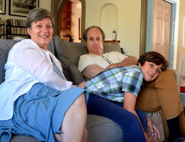 ガス君(中央)は病院のトイレで生まれ、夫妻に迎えられた。「この家に来て良かった」と笑った=米ロサンゼルス市、大久保真紀撮影