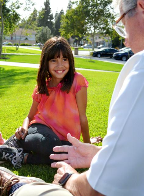 アドリアナちゃん(左)。実母がホームレスだったことや保護された経緯を幼い頃から包み隠さず教えられてきた=米ロサンゼルス郡、大久保真紀撮影