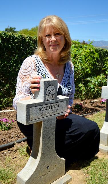 遺棄された赤ちゃんを葬る「天使の庭」を始めたデビ・ファリスさん。そのきっかけを作った赤ちゃんはマシューと名付けて葬った=米カリフォルニア州カリメサ、大久保真紀撮影