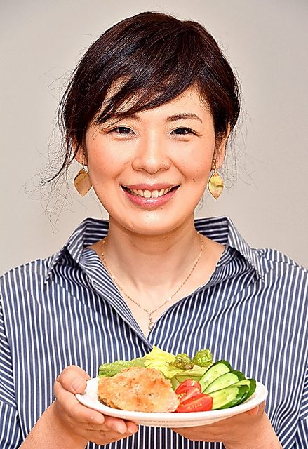 坂東万有子さん=大豆ミートのカツを手に、小川智撮影