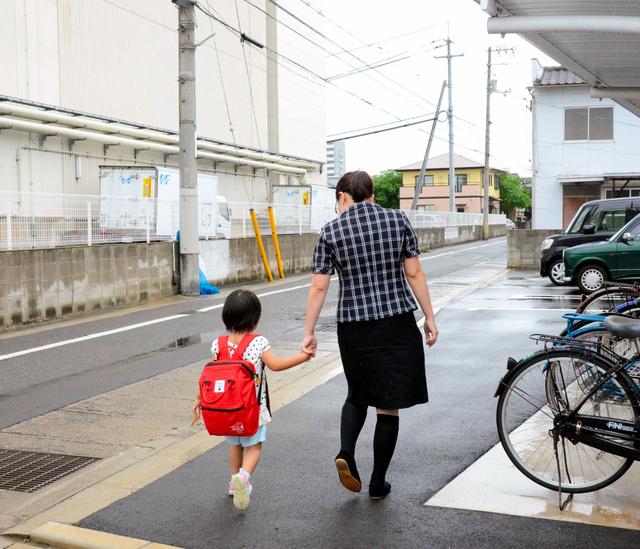 一時預かりで利用している保育園から帰る松村さん親子=岡山市中区
