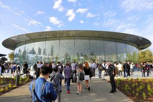巨大市場を背に攻める iPhone10年、真の戦略