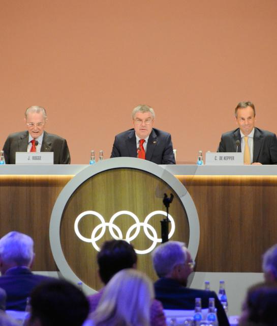 IOC総会で発言するバッハ会長(中央)