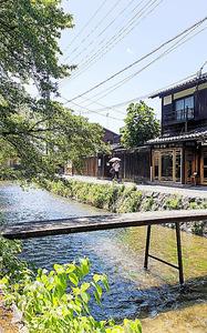 道を通る人の奥にある塀が竹中庵。白川の橋は冷蔵工場の物資運搬用だった