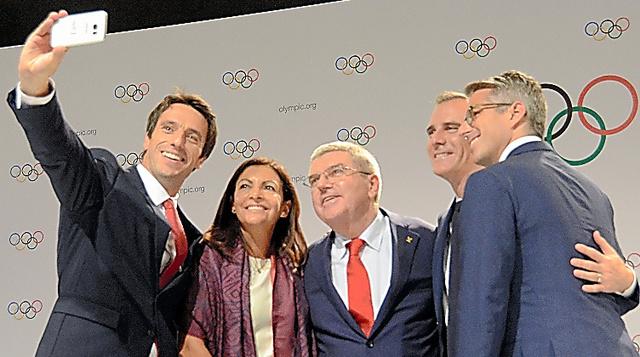 記念写真に納まる(左から)パリ招致委員会のエスタンゲ共同会長、パリのイダルゴ市長、IOCのバッハ会長、ロサンゼルスのガルセッティ市長、ロス招致委のワッサーマン委員長