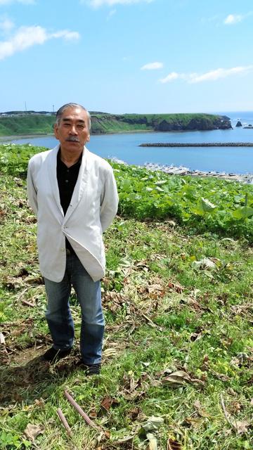 来年、画廊ができる場所に立つ武蔵野美大名誉教授の池田良二さん=北海道根室市落石東