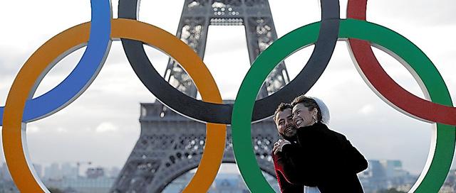2024年大会の開催が決まったパリで、エッフェル塔近くの広場の五輪マークの前で抱き合う新婚カップル