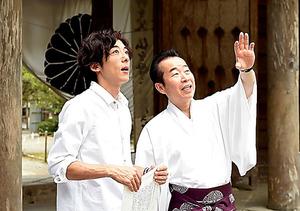 熊野本宮大社の宮司から熊野詣の歴史などを聞く高橋一生(左)