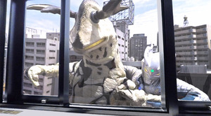 「ウルトラマンゼロVR」から。オフィスビルの窓の外に突然エレキングが現れた! (C)円谷プロ (C)ウルトラマンゼロVR製作委員会