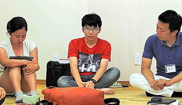 学習旅行の最終日、仲間の前で話をする平野智之君(中央)=島根県海士町