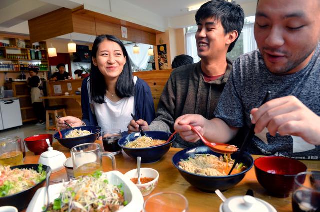 「颯」を訪れた常連客。ラーメン以外にもチャーシュー丼や鶏から揚げを注文した=ブータン・ティンプー、相場郁朗撮影