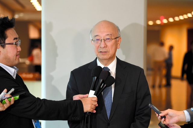 国連安全保障理事会の緊急会合に出席後、記者団の質疑に応じる日本の別所浩郎・国連大使=15日、米ニューヨークの国連本部、金成隆一撮影