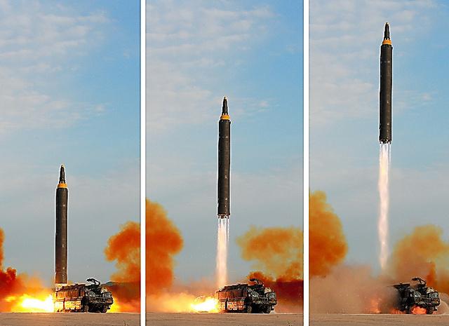 北朝鮮の朝鮮中央通信が16日、金正恩朝鮮労働党委員長が中距離弾道ミサイル「火星12」の発射を現地指導したという記事とともに配信した写真=ロイター