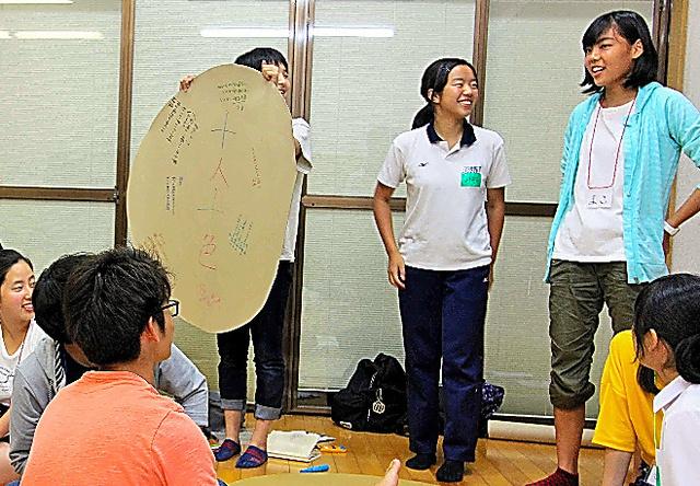 隠岐島前高校の生徒らと交流した後、発表する細川真子さん(右)=島根県海士町