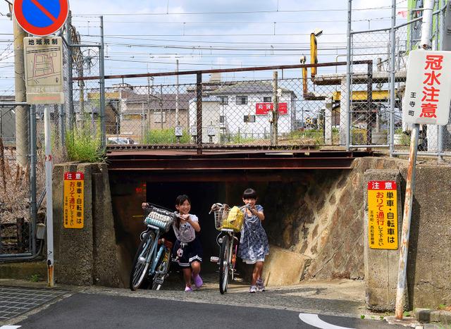 地元の子どもたちには「ザリガニトンネル」という愛称で親しまれている=奈良県王寺町、滝沢美穂子撮影