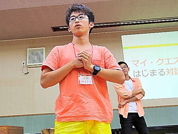 隠岐島前高校の生徒たちの前で、自分の考えを話す中村優太君=島根県海士町