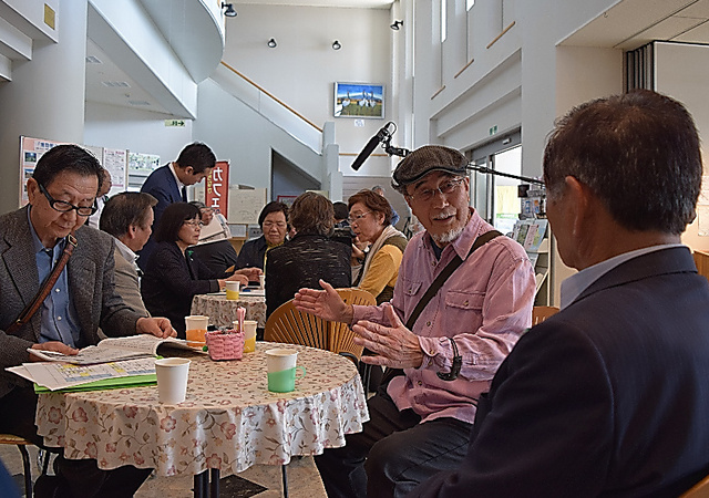 土曜に催された「カフェDE議会」。町民と議員(手前)がざっくばらんに語った=5月、北海道浦幌町、若松聡撮影