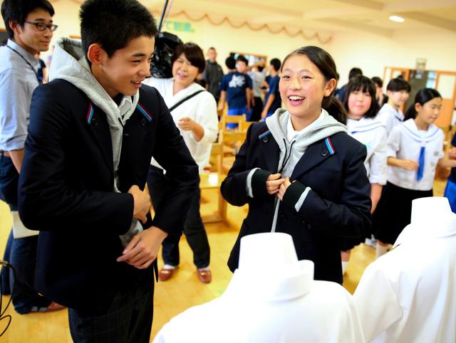 デザインされた新しい制服を試着する飯舘中学校の生徒たち=福島市飯野町