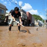 台風18号、各地で被害 浸水地域で泥かき出し作業