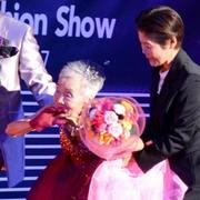 101歳もドレス姿に 敬老の日にファッションショー