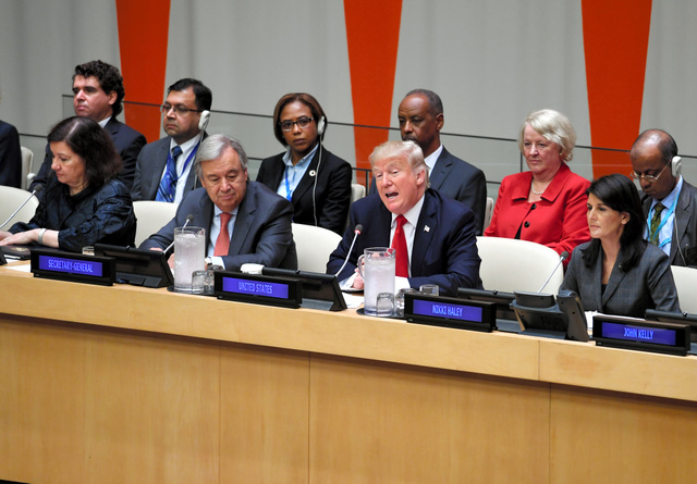 国連改革について演説する米国のトランプ大統領(前列中央)。国連のグテーレス事務総長(前列左から2人目)とヘイリー米国連大使(前列右端)が同席した=18日午前、米ニューヨークの国連本部、金成隆一撮影