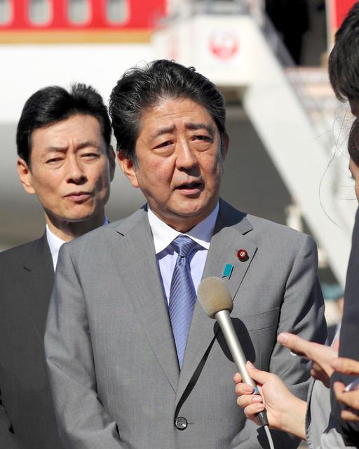 訪米出発前、羽田空港で記者の質問に答える安倍晋三首相=18日午後2時20分、遠藤啓生撮影