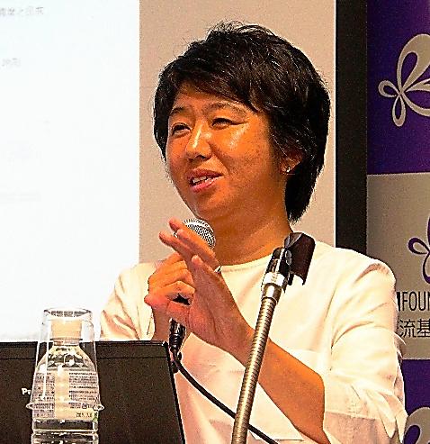 8月末の会見で、自案を解説する貝島桃代・筑波大准教授