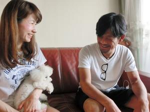 愛犬のリリイと一緒に談笑する岡本芳和さんと久奈さん=2017年8月、神戸市