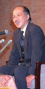 『鉄道員』で直木賞受賞が決まり、会見する浅田さん。当時「小説を書くことが生活のすべて」と語った=1997年7月17日