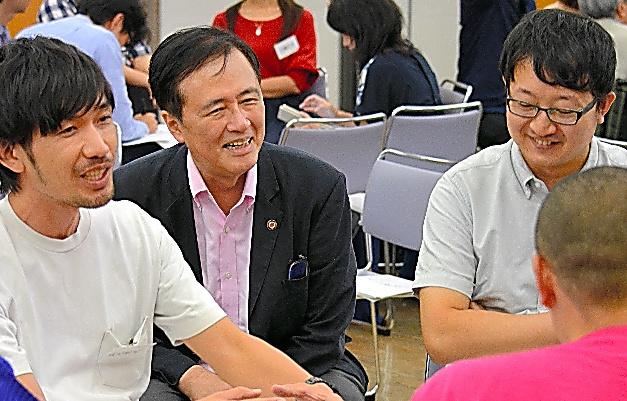 政策フォーラム「せたがやD.I.Y道場」の参加者ら。保坂展人・東京都世田谷区長(左から2人目)も加わった=16日、同区の梅丘パークホール