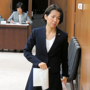 暴言で離党の豊田真由子氏、衆院委に出席 野党席でメモ