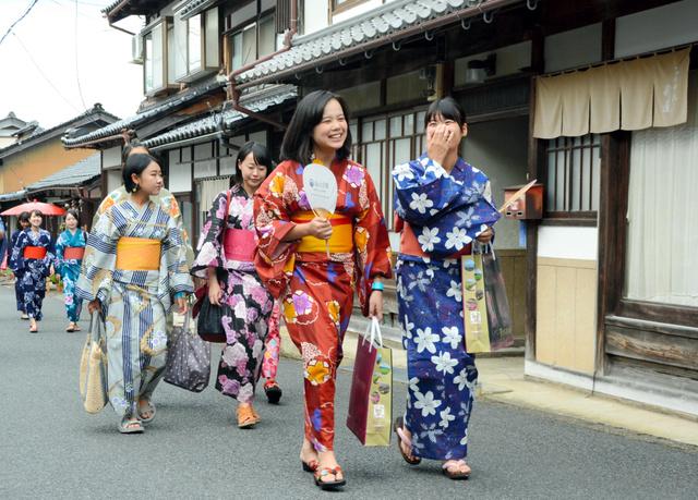 浴衣姿でちりめん街道の散策を楽しむ学生たち=与謝野町加悦