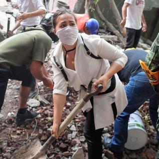 メキシコの大地震、死者225人 学校で児童ら生き埋め