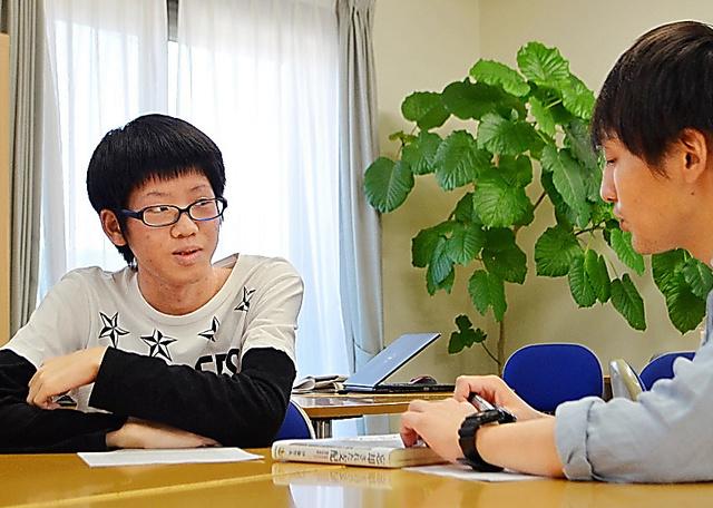 木下大輔さんと議論するはるく君(左)