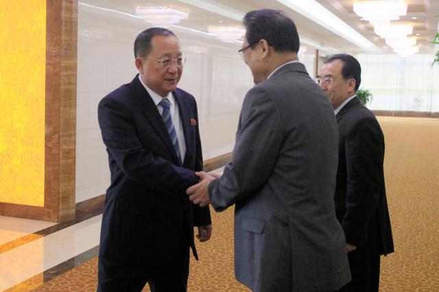 19日、平壌の空港をあとにする北朝鮮の李容浩外相(左)=AP
