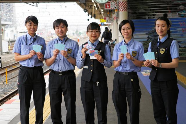 小説を執筆した島田真衣さん(中央)ら駅員たち=JR和歌山駅